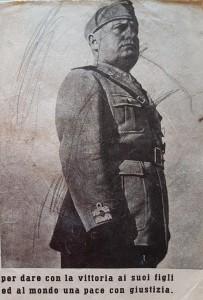 Benito Mussolini nel libretto consegnato ai militari.